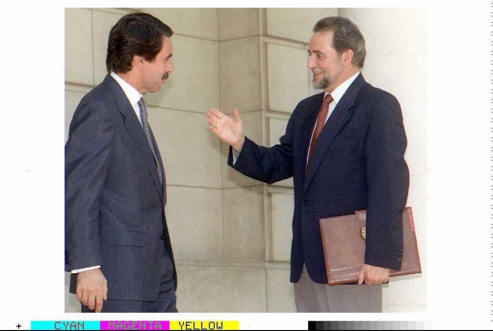 José María Aznar y Julio Anguita, antes de una entrevista en el Palacio de La Moncloa.EFE/OSCAR MORENO