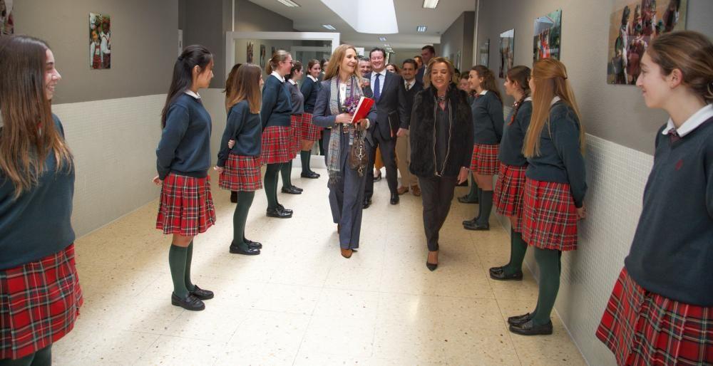 La Infanta Cristina entrega un premio de la Fundación Mapfre a una alumna del Colegio ALtozano