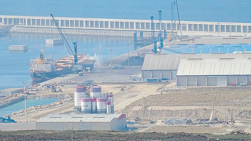 El parque eólico de Inditex en Langosteira inicia su camino