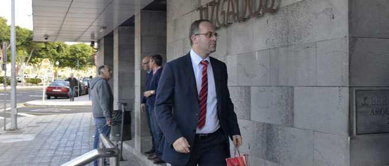 El juez César Romero Pamparacuatro sale del juzgado.