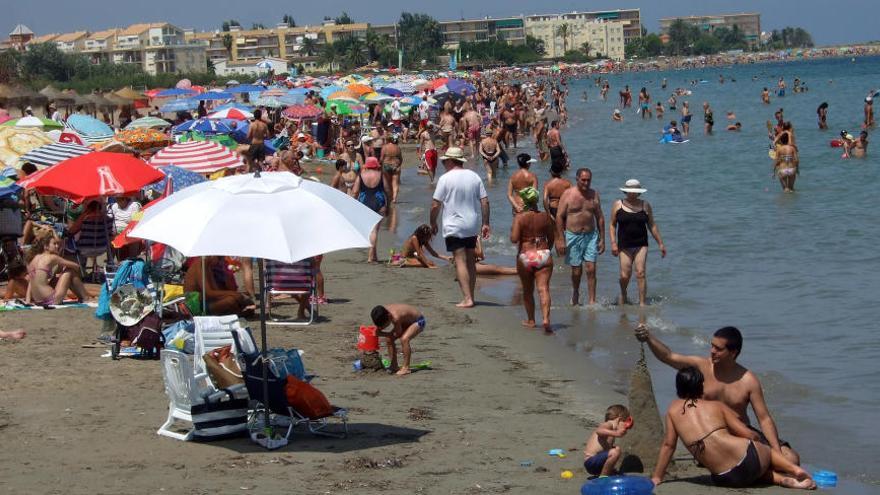 Más de 140 bañistas sufren picaduras de medusa en la primera plaga del verano en Dénia