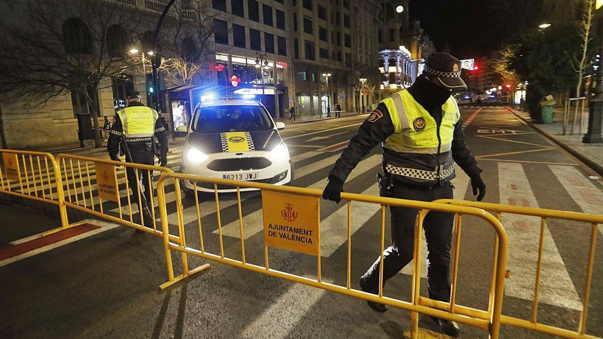 Patrulla de la Policía Local de València en su lucha contra la pandemia. | LEVANTE-EMV