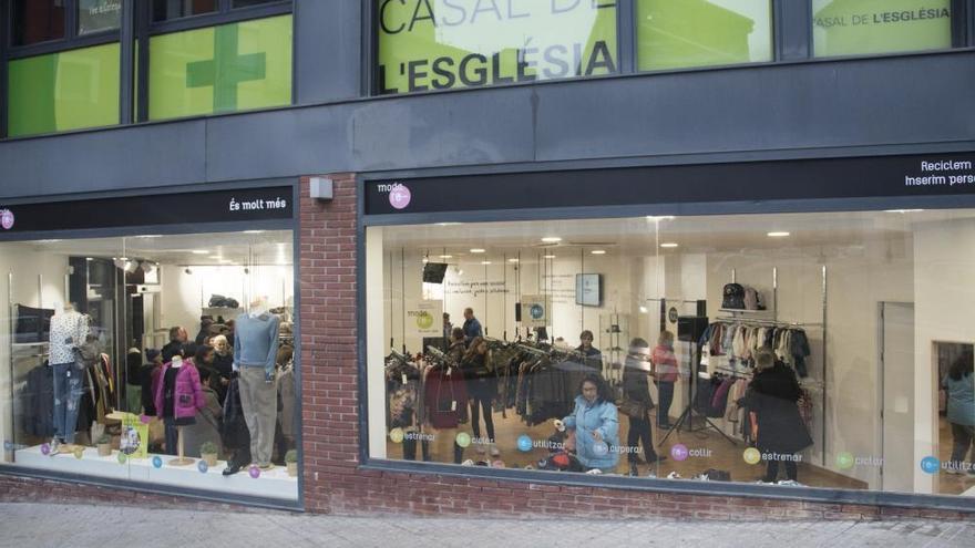 Inaugurada a Manresa la botiga de Càritas que permet reciclar roba i crear llocs de treball dignes