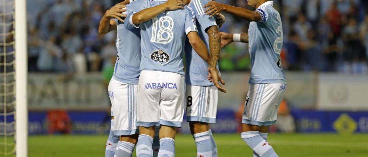 El capitán Augusto Fernández (dcha.) se abraza a sus compañeros Pablo Hernández y Daniel Wass.