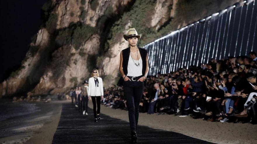 Saint Laurent cambia las pasarelas de París por el desierto