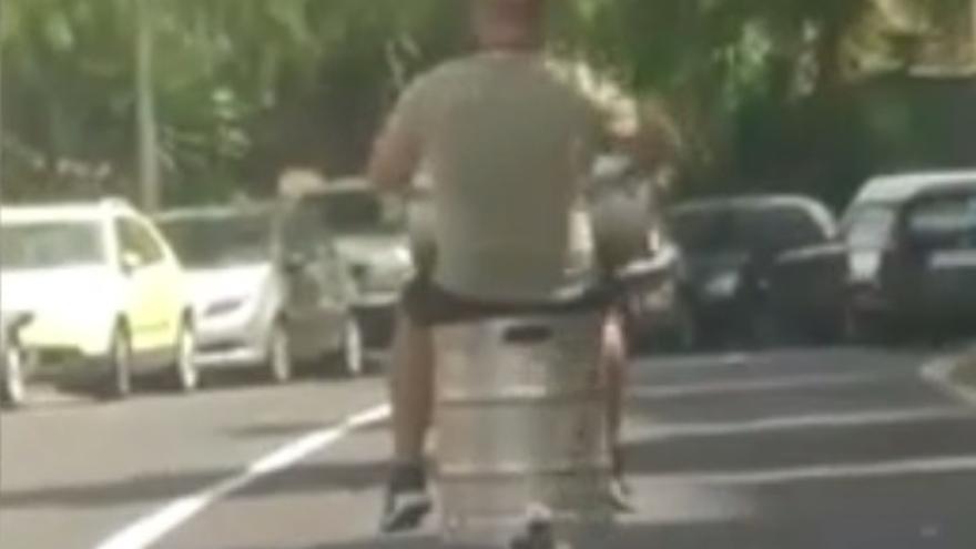 Conduce un patinete montado a un barril de cerveza en Canarias