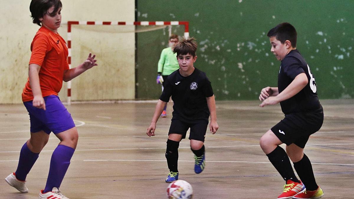 Partido Beade-Miralba en la tercera edición de fútbol sala de la Vigo Cup, en 2019.    // ALBA VILLAR