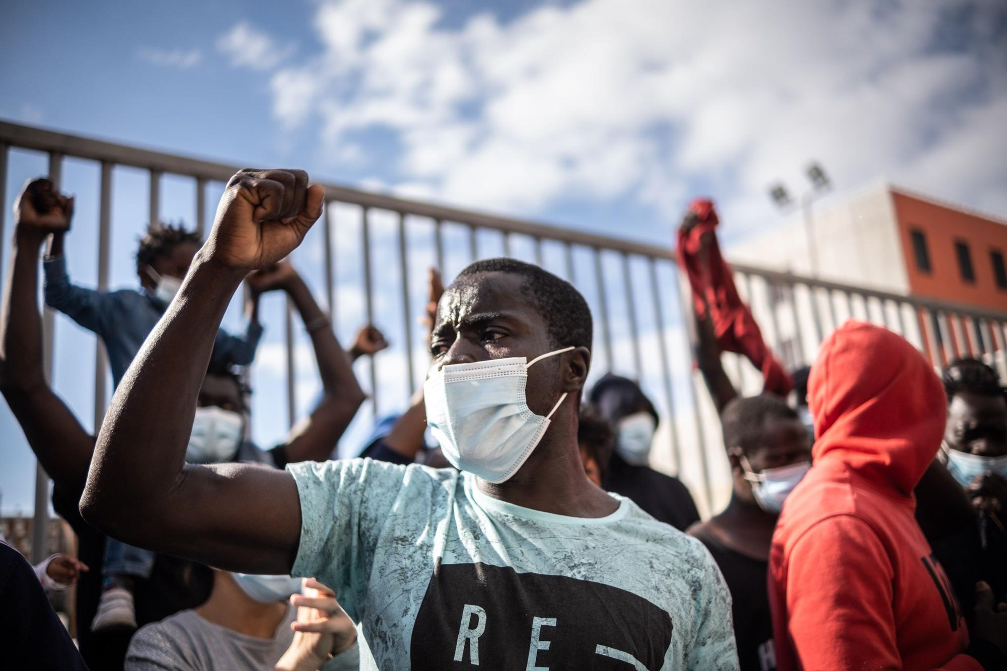 Concentración de migrantes ante la antigua prisión Tenerife I.