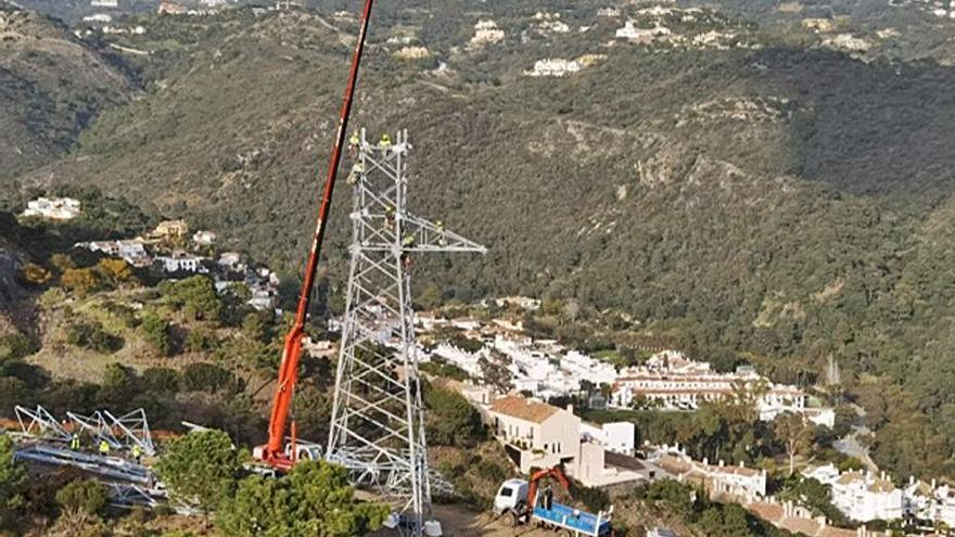 Protestas contra las torres de alta tensión en un paraje de la Costa de Sol