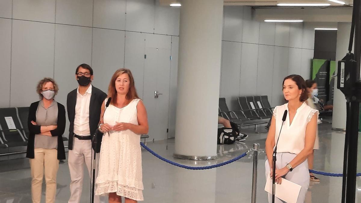 Reyes Maroto (re.) und Francina Armengol am Flughafen