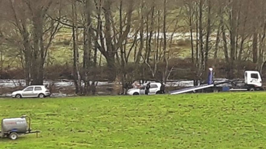 Evacúan un vehículo atrapado en una pista anexa a Pozo do Boi