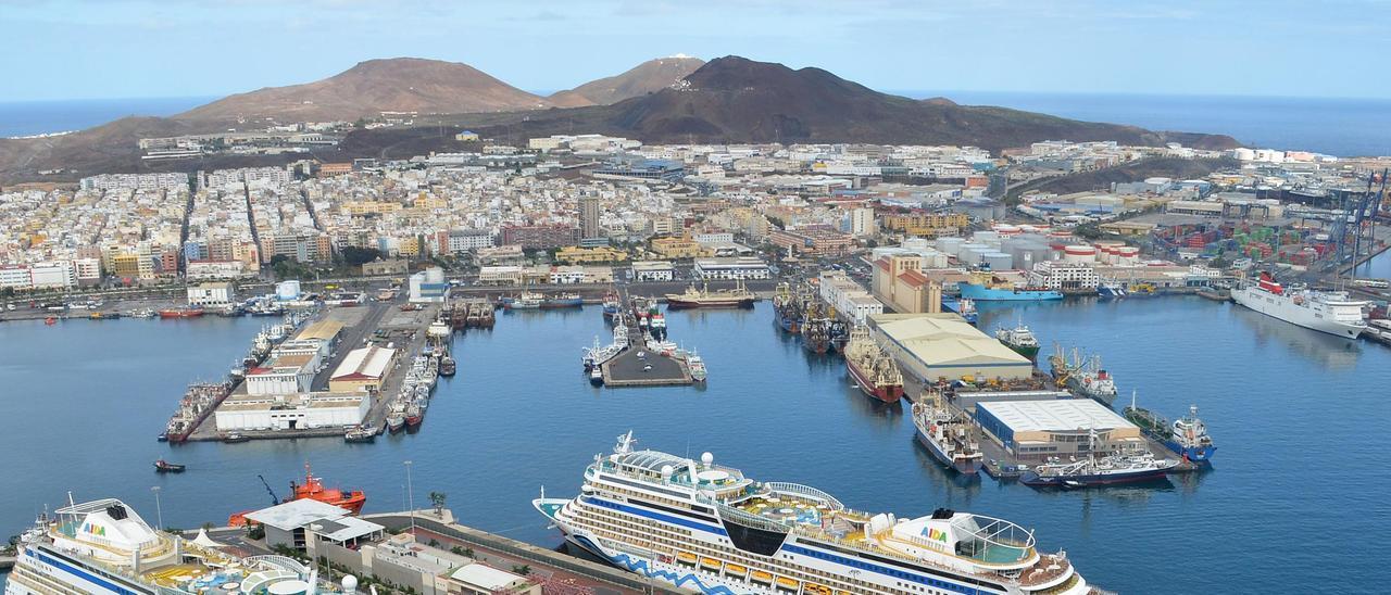 Vista aérea del Puerto en una foto de archivo, con el Muelle Pesquero y el Muelle Grande.