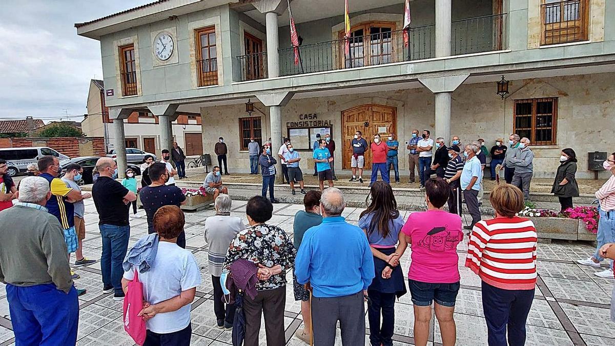 Vecinos frente al Ayuntamiento de Santa Croya de Tera.