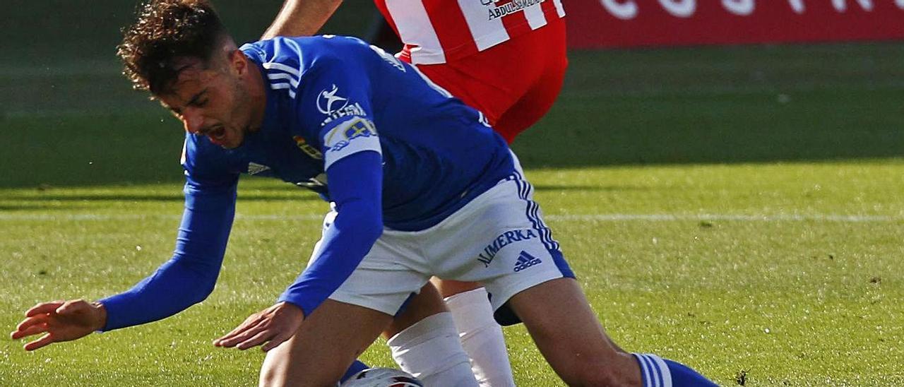 Tejera se cae encima del balón ante la presión del jugador del Almería Morlanes. |