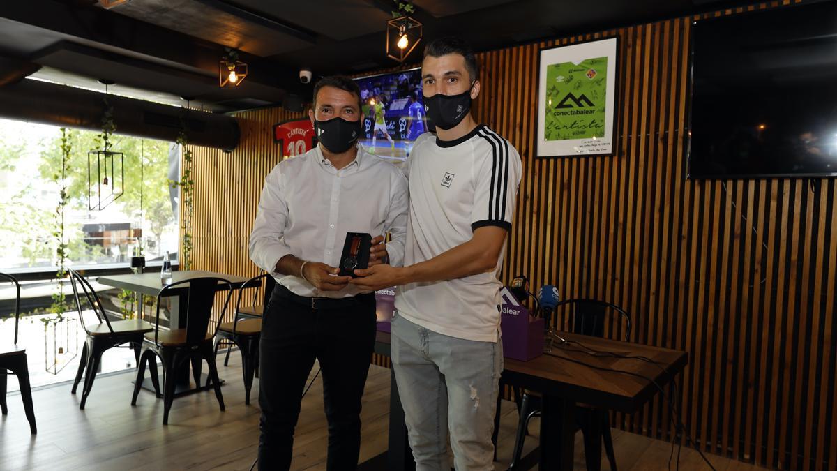 José Tirado ha hecho entrega de un reloj a Lolo en su despedida.