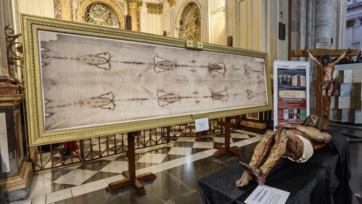 Una vista de la exposición, con el Cristo yacente