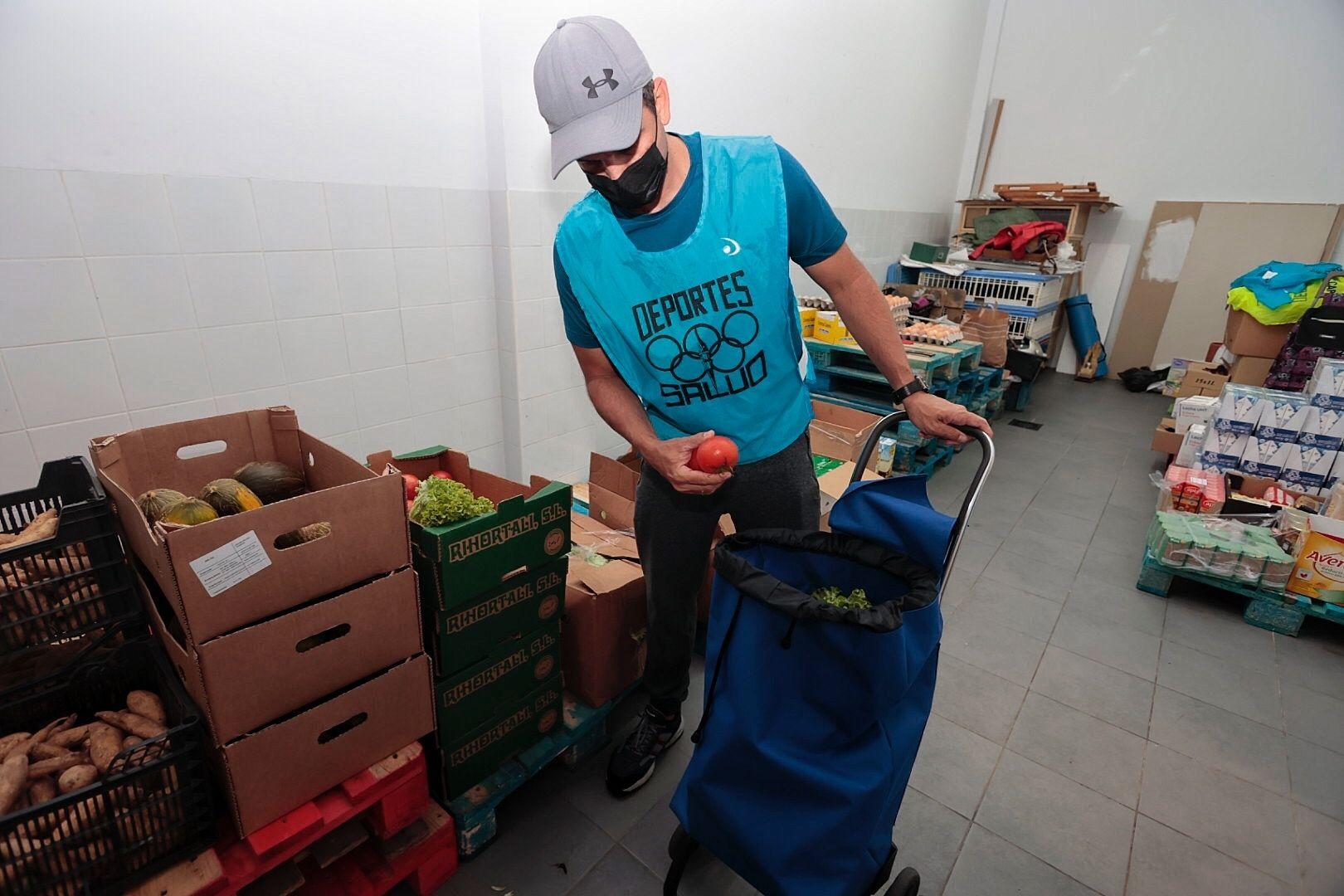 Entrega de alimentos en la sede de la asociación Los Caberos