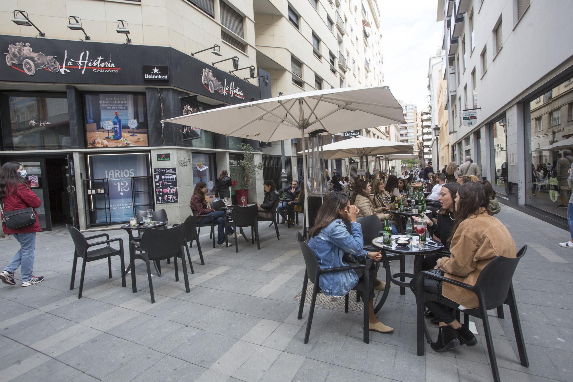 Lleno en las terrazas del centro de Alicante el primer fin de semana de apertura