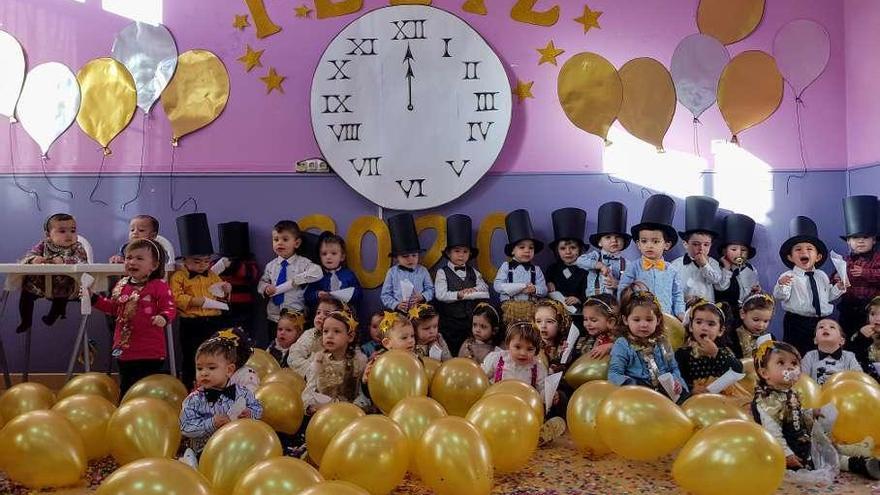 Los niños de La Oliva despiden el año con globos y gusanitos