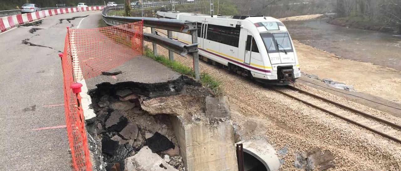 Un tren de Feve, ayer, avanzando por la zona del argayo de Arobes, recién reparada.