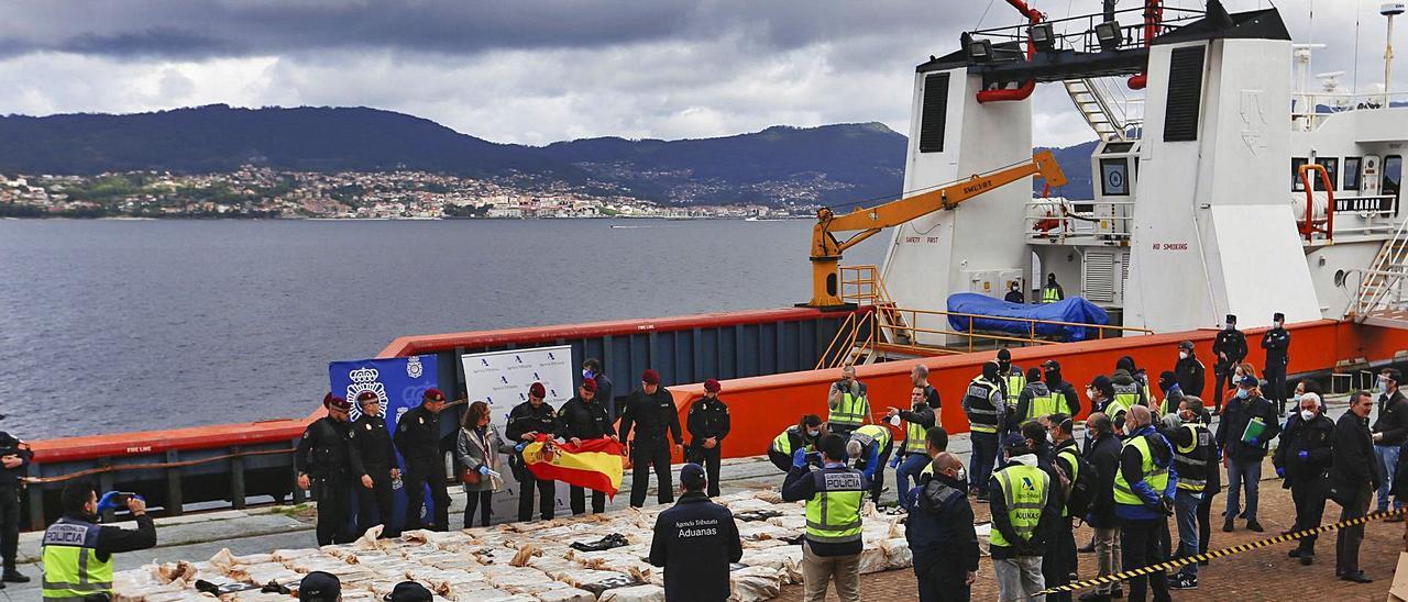 """El """"Karar"""" y los 152 fardos de  cocaína descargados en Vigo  tras el primer registro.     // R.G."""