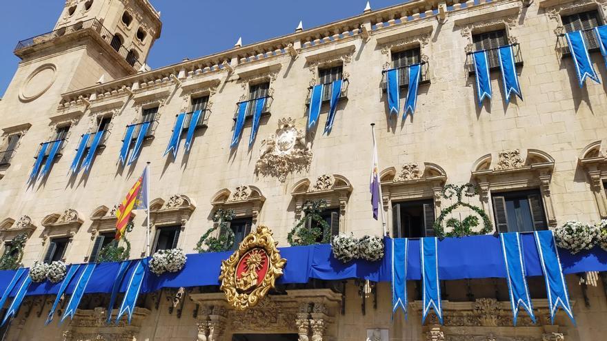 La Plaza del Ayuntamiento se engalana para la Alborada a la Virgen del Remedio