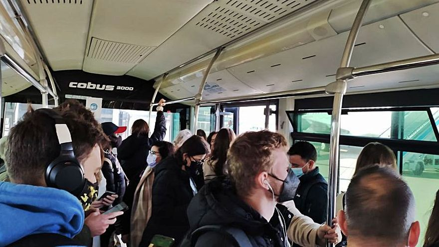 Denuncian buses 'jardinera' de Air Europa llenos en Son Sant Joan