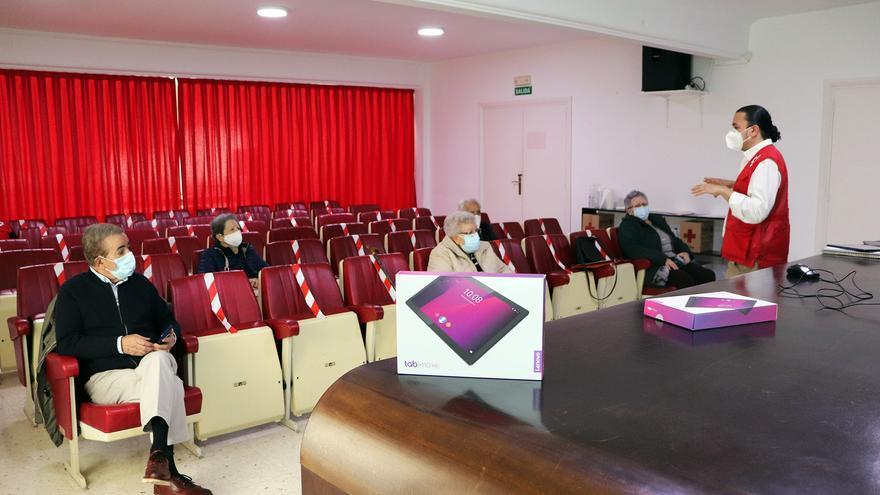 Los mayores aprenden a usar la tablet gracias a un taller de Cruz Roja Zamora
