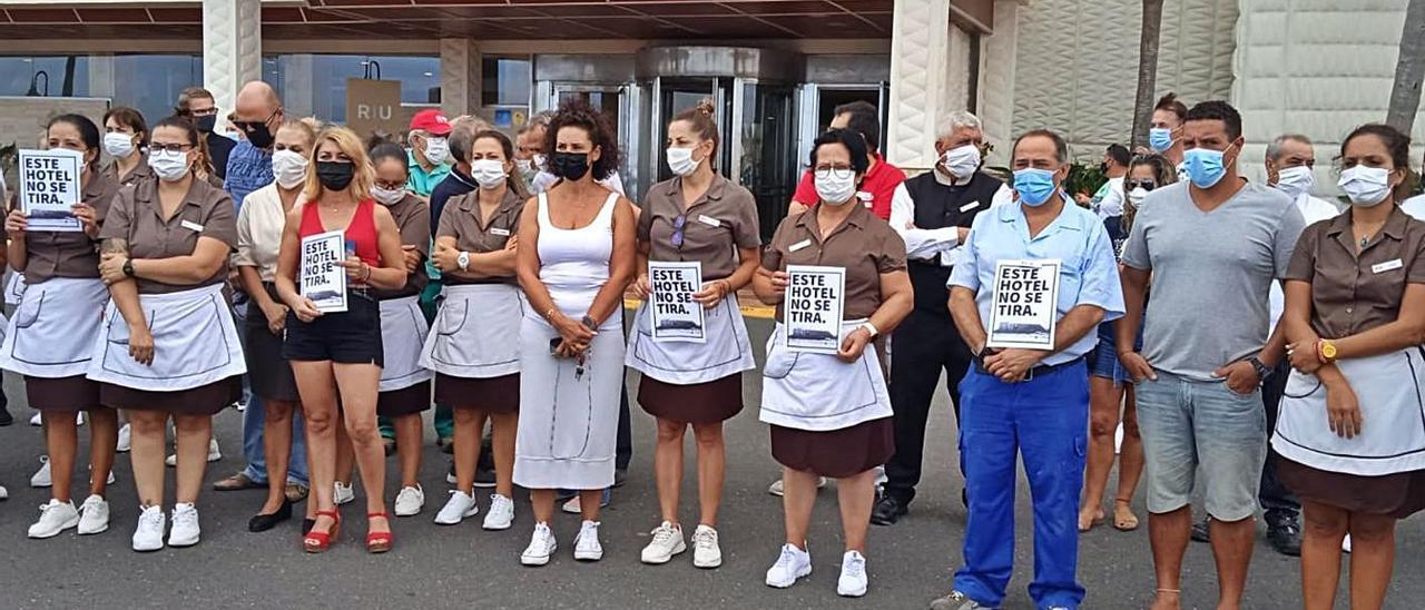 Un grupo de trabajadores del hotel  Tres Islas que se concentró en defensa de sus puestos de trabajo, ayer.     ONDA FUERTEVENTURA