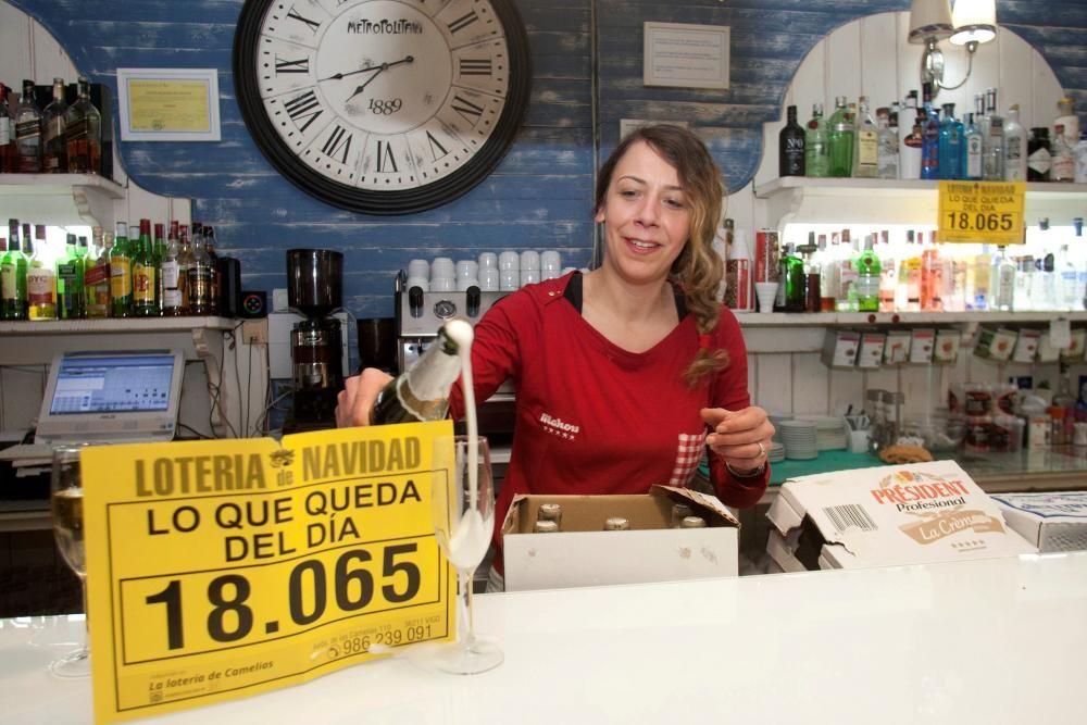 """El número 18065, premiado con un millón de euros en el Sorteo Extraordinario de la Lotería de Navidad se ha repartido en la cafetería """"Lo que queda del Día de Salvaterra do Miño, en Pontevedra. EFE"""