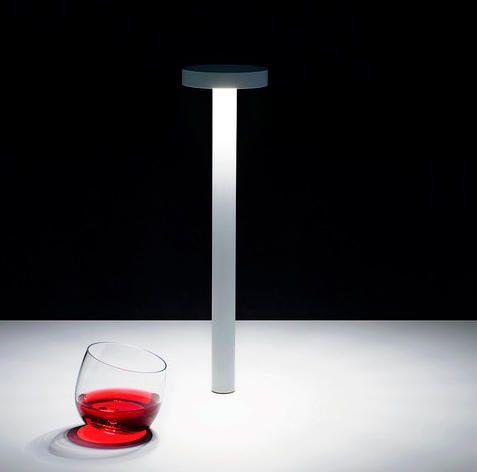 Lámpara portátil con base magnética y autonomía de diez horas. Davide Groppi