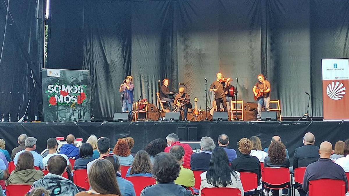 Milladoiro en concerto nos exteriores do Centro Cultural de Herville.