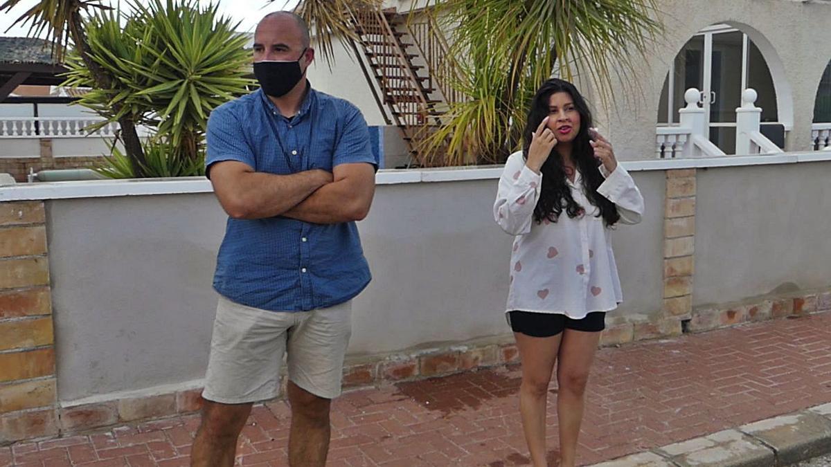 Viktor y Jhoselynne Rosario, padres del pequeño Álvaro, en su vivienda de Mazarrón.