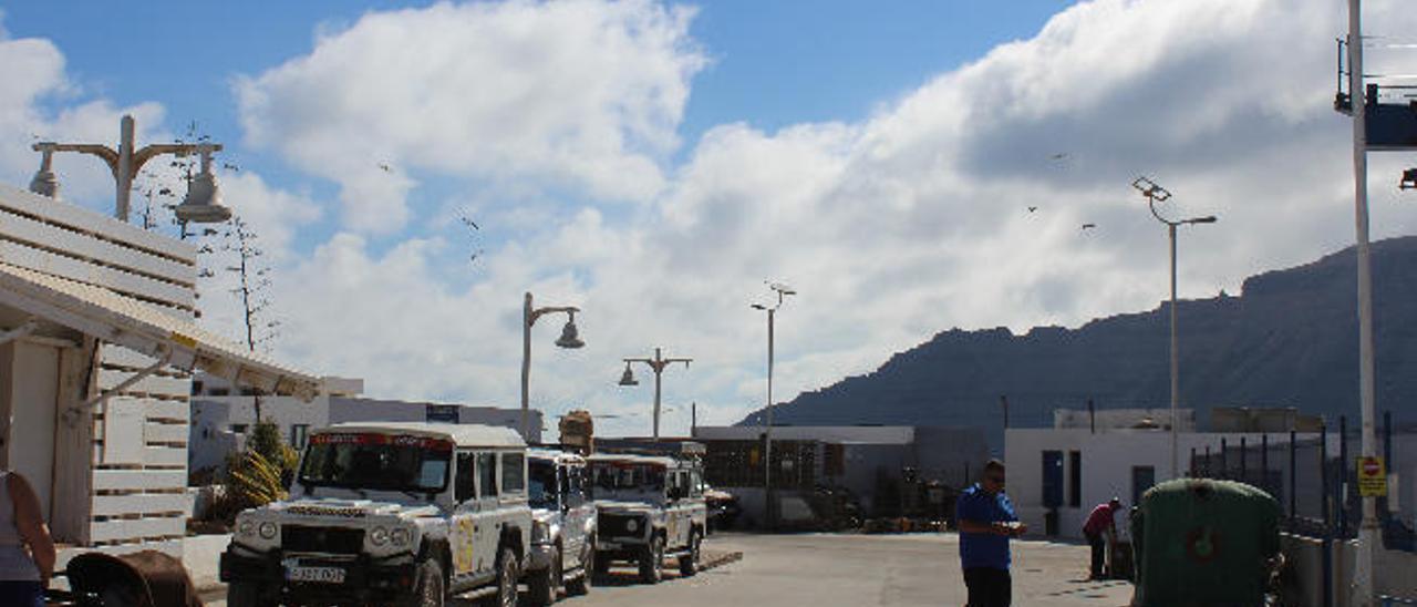 Atasco de vehículos en La Graciosa