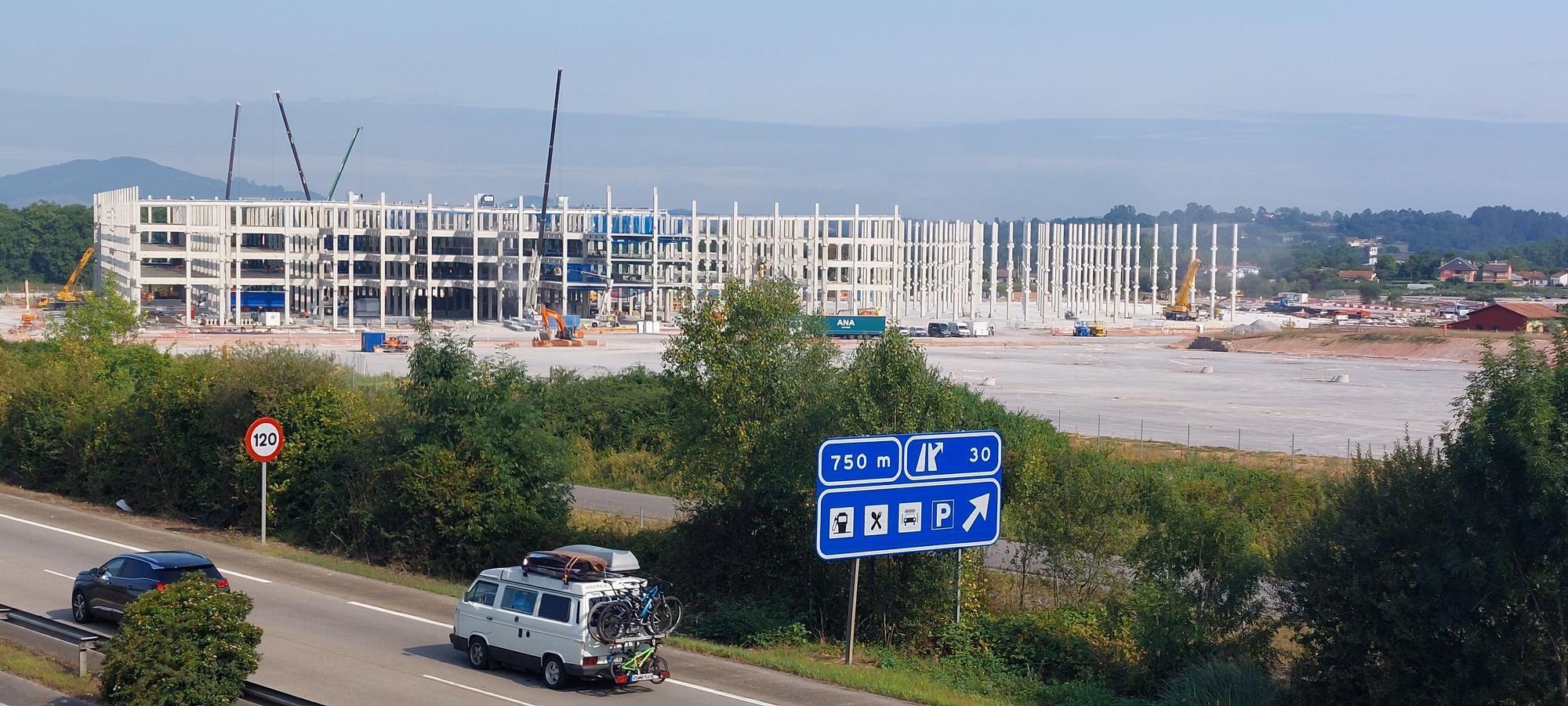 Vista general de la obra de la nave desde un alto sobre la autopista