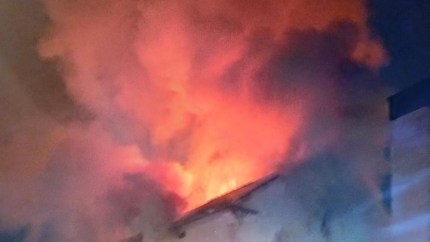 Un incendio destruye la antigua fábrica de Can Ribas