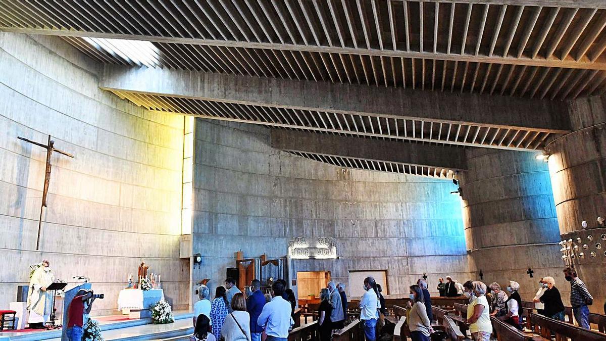 Nave y altar, y los muros acústicos con luz azul de los vidrios. |   // VÍCTOR ECHAVE