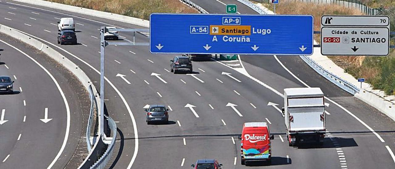 La AP-9, recientemente ampliada, a su paso por Santiago.