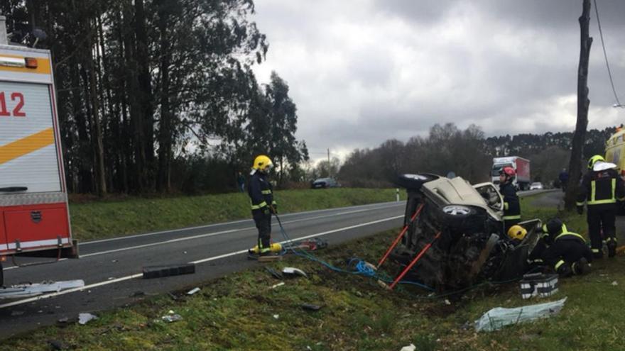 Muere un hombre tras una colisión entre su coche y un camión en Mesía