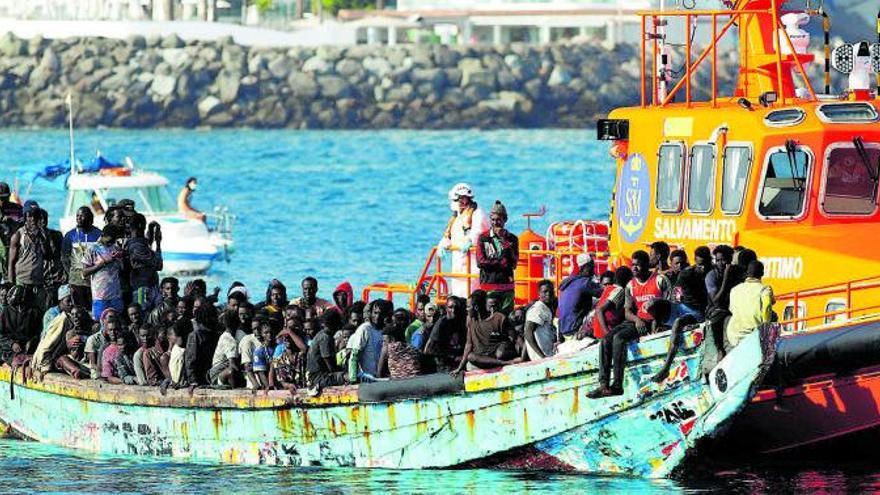 Fallece un bebé del cayuco con 200 migrantes rescatado este jueves al sur de Gran Canaria