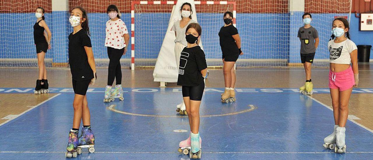 Algunas de la patinadoras del club estradense posan durante el entreno de ayer.