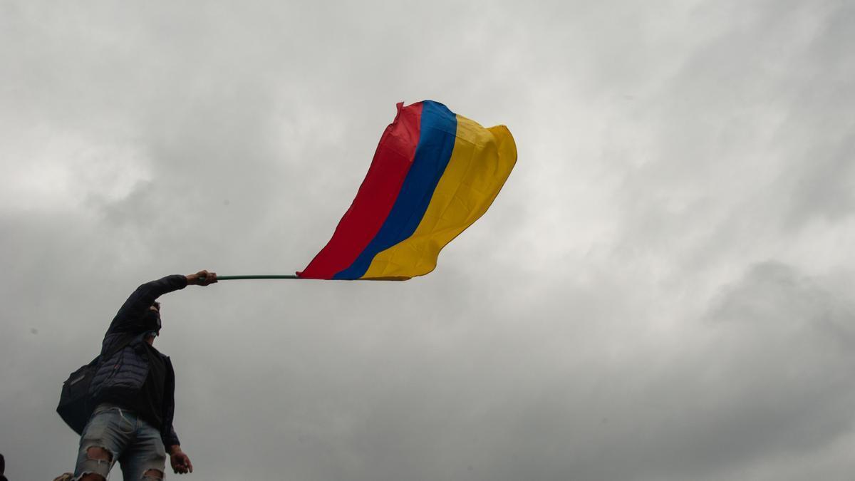 Un joven ondea la bandera de Colombia durante las últimas movilizaciones y protestas contra el Gobierno de Iván Duque