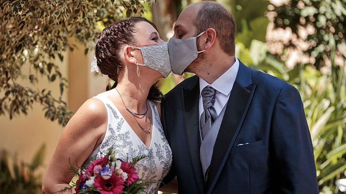 Las bodas de la pandemia están condicionadas por las medidas sanitarias. | EFE/ BIEL ALIÑO