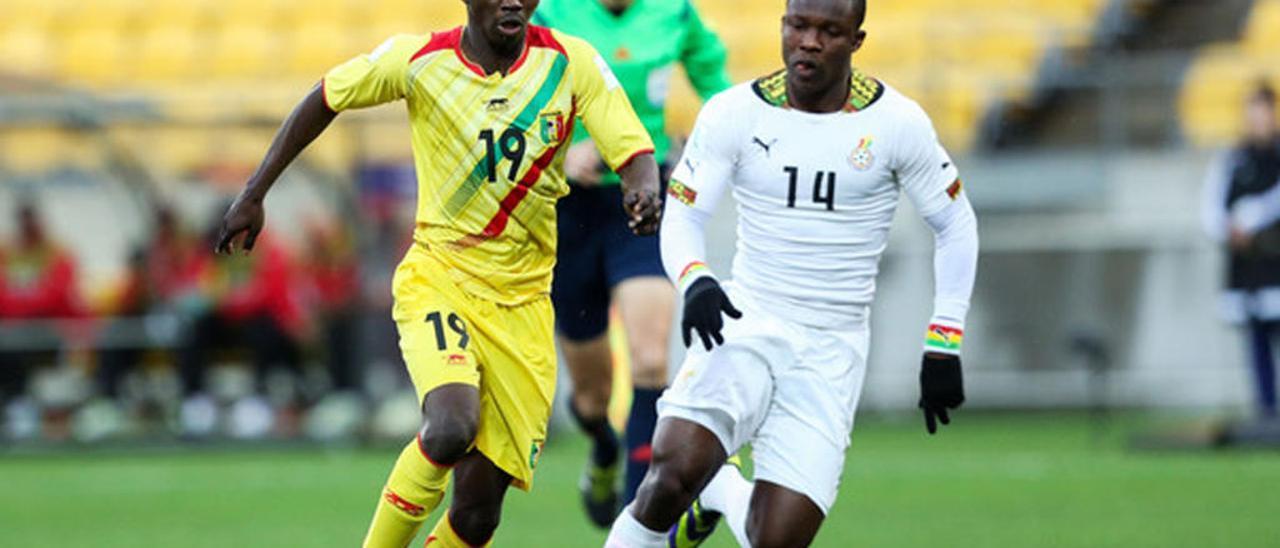 Joseph Aidoo (derecha) disputa el balón a Adama Traore en un partido del Mundial sub 20 entre Ghana y Mali. // FdV