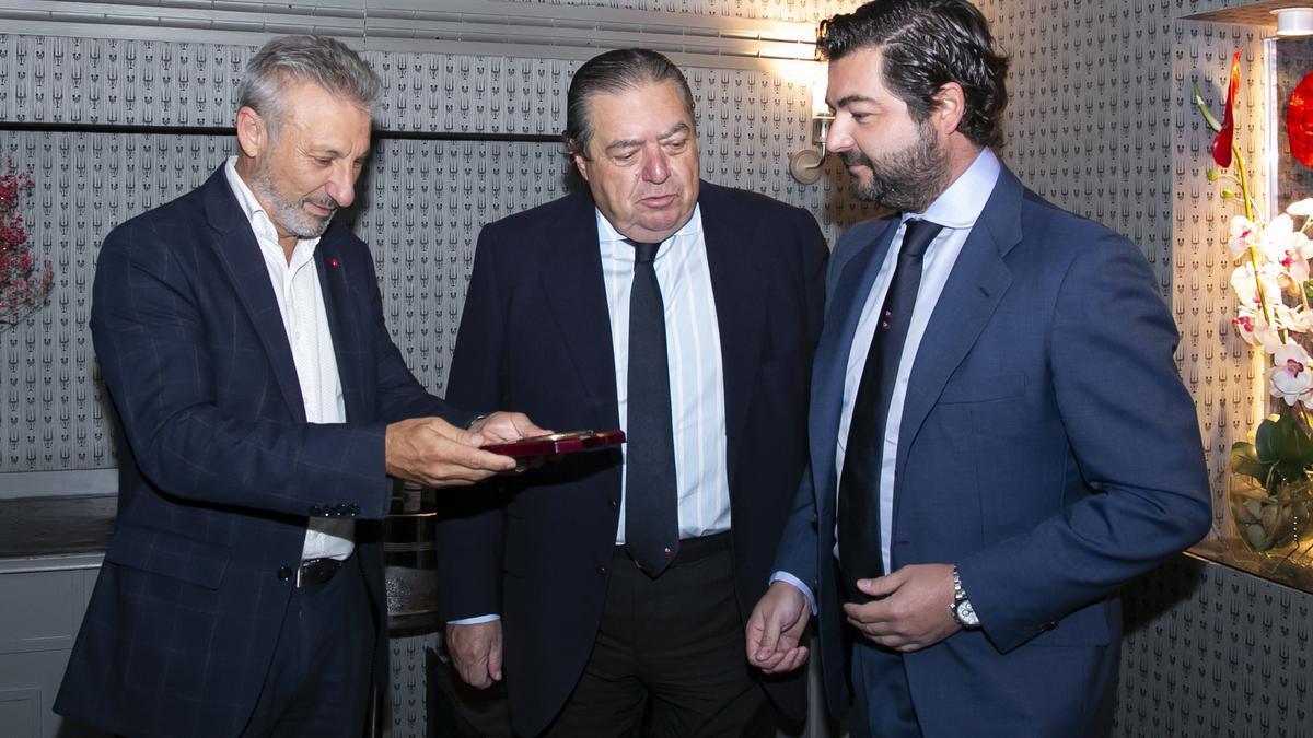 Vicente Boluda Ceballos (derecha) con Vicente Boluda Fos y Francisco Toledo.
