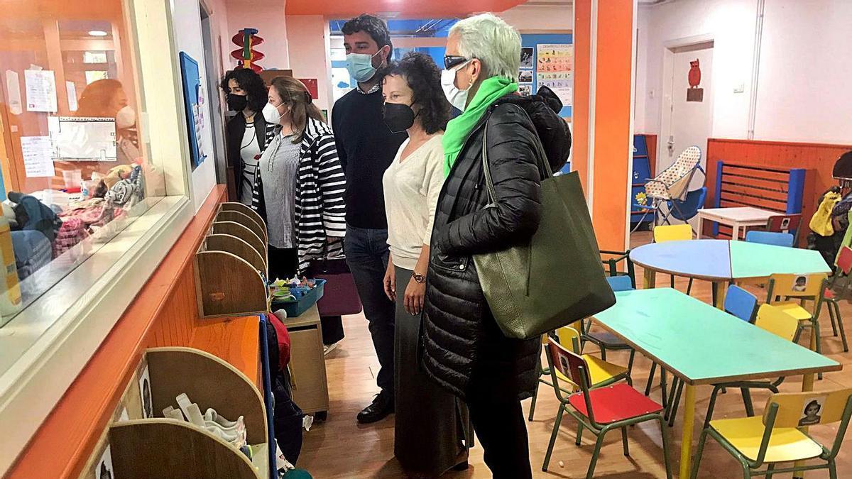 Desde el fondo, Clara García, Lydia Espina, Óscar Pérez, la directora de la escuela de bebés, Elena Salguero, y Carmen Suárez, ayer, durante la visita al centro educativo.   Rep. de T. C.