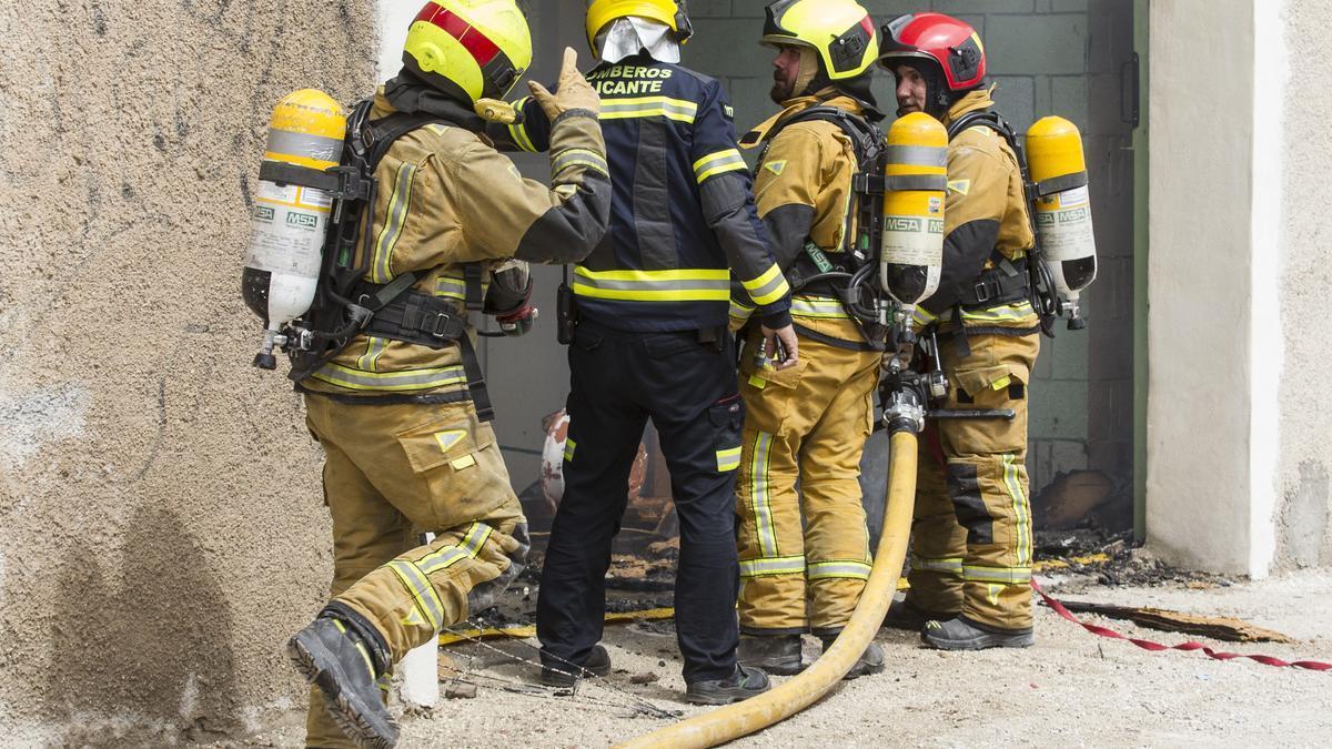 Dos intoxicados en el incendio de un almacén en Alicante