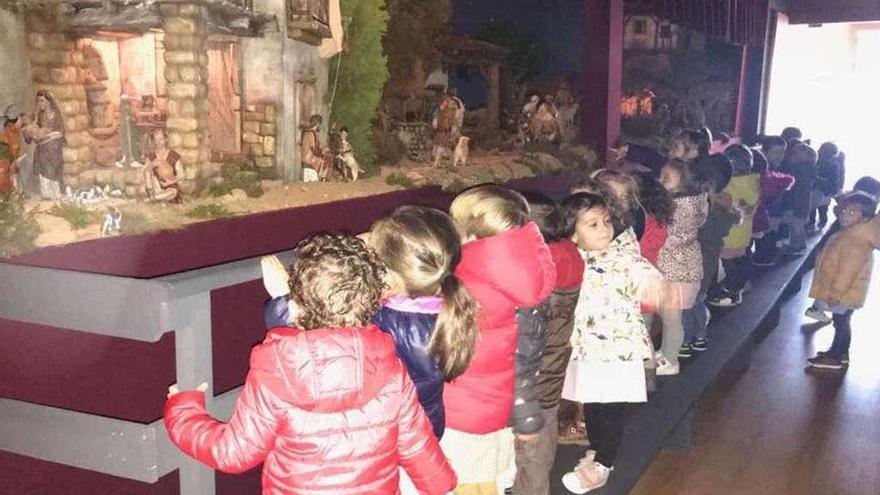 Los alumnos de La Oliva visitan la ruta de belenes de Villaviciosa