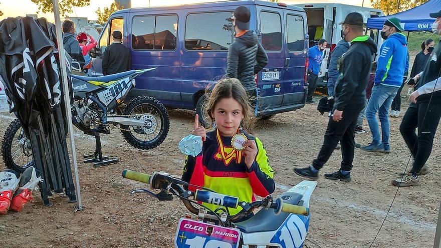 Una pionera de 7 años: la pequeña Cleo Marrón lidera el campeonato de Asturias de motocross