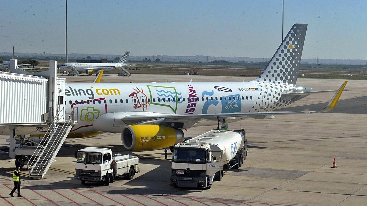 Un avión de la compañía Vueling en el aeropuerto de Alvedro.   | // VÍCTOR ECHAVE